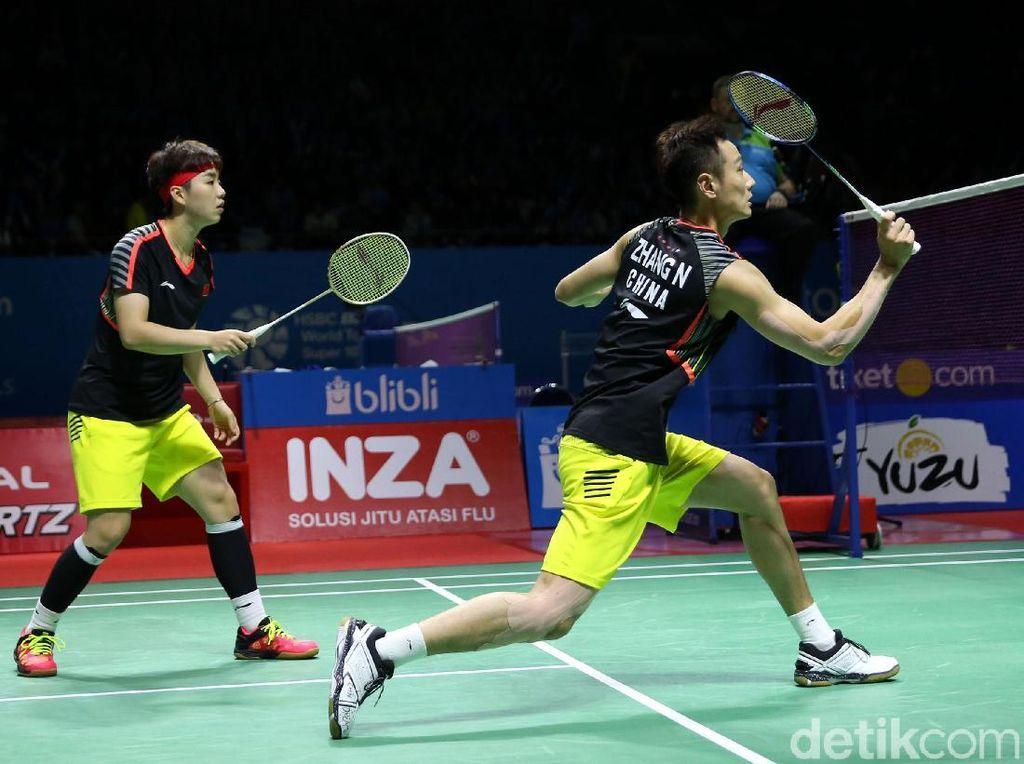 Zhang Nan/Li Yinhui berusaha mengembalikan serangan lawan.