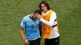Edinson Cavani (kanan) mencoba menenangkan Luis Suarez seusai pertandingan. Di Piala Dunia 2018 Cavani mengoleksi tiga gol sedangkan Suarez hanya dua gol.(REUTERS/Carlos Barria)