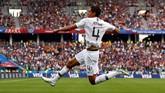 Raphael Varane berselebrasi atas gol yang dicetak ke gawang Uruguay. Dalam pertandingan itu Varane melepaskan dua percobaan yang satu di antaranya on target dan berbuah gol. (REUTERS/Jason Cairnduff)