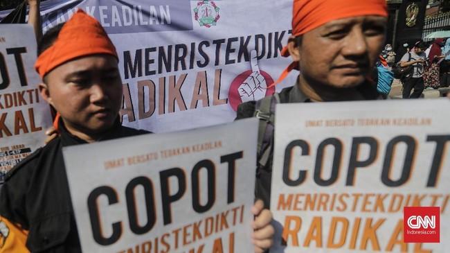 Massa aksi kecewa karena Bareskrim Polri menghentikan kasus ujaran kebencian dengan terlapor politikus Partai NasDem, Viktor Bungtilu Laiskodat.(CNN Indonesia/Adhi Wicaksono)