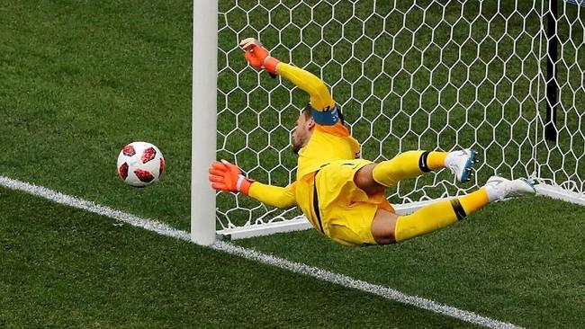 Kiper Prancis Hugo Lloris melakukan penyelamatan untuk peluang gol Martin Caceres. Llrois tercatat sudah membuat delapan penyelamatan sepanjang Piala Dunia 2018 berlangsung. (REUTERS/Carlos Barria)