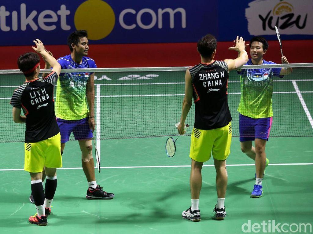 Tontowi/Liliyana dan Zhang Nan/Li Yinhui saling berjabat tangan usai pertandingan.