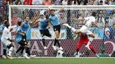 Bek Prancis Raphael Varane mencetak gol pertamanya di Piala Dunia 2018 ke gawang Uruguay melalui sundulan memanfaatkan tendangan bebas Antoine Griezmann. (REUTERS/Grigory Dukor)