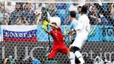 Prancis menambah keunggulan menjadi 2-0 melalui tendangan keras Antoine Griezmann dari luar kotak penalti.Gol itu menjadi yang pertama bagi Uruguay kebobolan dari permainan terbuka. (REUTERS/Jason Cairnduff)