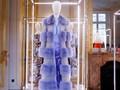 Bulu, Payet, dan Bunga Mini dalam Couture Fendi