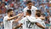 Pemain Prancis berselebrasi merayakan gol yang dicetak Antoine Griezmann ke gawang Uruguay. Total Les Bleus sudah mencetak sembilan gol di Piala Dunia 2018 dengan kebobolan empat gol. (REUTERS/Grigory Dukor)