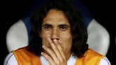 Penyerang Uruguay Edinson Cavani terduduk di bangku cadangan. Pemain Paris Saint-Germain itu tidak bermain karena cedera betis saat lawan Portugal di babak 16 besar. (REUTERS/Jason Cairnduff)