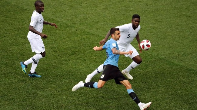 Gelandang timnas Uruguay Matias Vecino menendang bola meski dibayang-bayangi pemain Prancis. Saat melawan Prancis Vecino hanya melepaskan satu tembakan. (REUTERS/Carlos Barria)