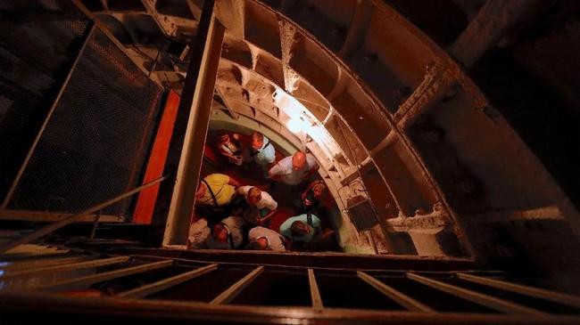Bungker Stalin berada di kedalaman 37 meter. Untuk menuju ke dalamnya, turis harus menuruni tangga kecil bergantian.