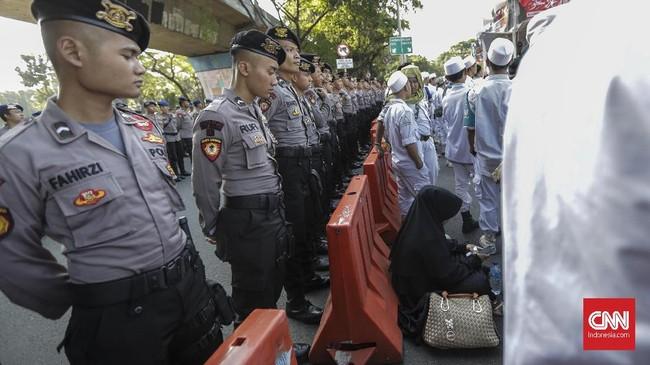 Massa juga menggelar aksi di Bareskrim Polri. Mereka menuntut penanganan berbagai kasus di kepolisian seperti dugaan kasus ujaran kebencian kader Partai NasDem Viktor Laikosdat dan Ade Armando dan SP3 Kasus Sukmawati. (CNN Indonesia/Adhi Wicaksono)