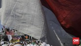 Peserta aksi mulai membubarkan diri sekitar pukul 17.30 WIB. Seusai area steril dari peserta aksi, kendaraan diperbolehkan melewati Jalan Medan Merdeka Timur. (CNN Indonesia/Adhi Wicaksono)