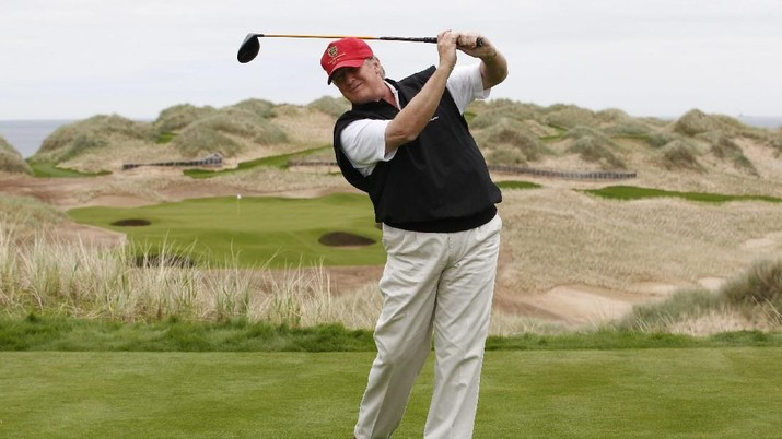 U.S. property magnate Donald Trump practices his swing at the 13th tee of his new Trump International Golf Links course on the Menie Estate near Aberdeen, north east Scotland June 20, 2011. Trump was in Scotland to give a media tour of the luxury golf course a year into its construction.     REUTERS/David Moir (BRITAIN - Tags: BUSINESS SPORT GOLF SOCIETY) - RTR2NVWU