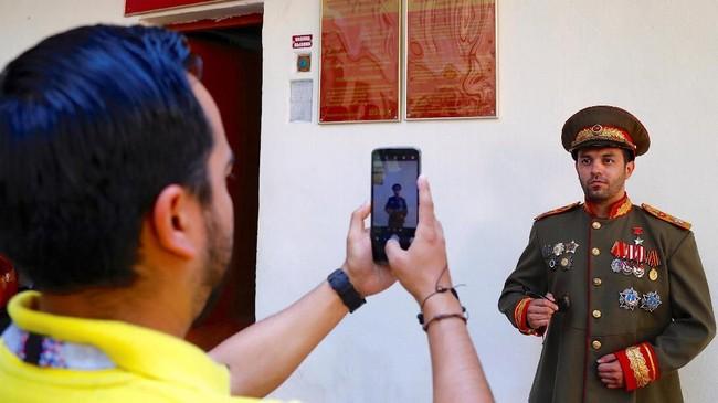 Turis berfoto dengan aksesori bertema Stalin.