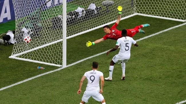 Sepanjang turnamen Piala Dunia 2018, gawang Uruguay yang dijaga Fernando Muslera sudah kemasukan tiga gol, dengan dua di antaranya berasal dari bola-bola mati. (REUTERS/Carlos Barria)
