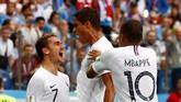 Antoine Griezmann, Raphael Varane, dan Kylian Mbappe sama-sama sudah mencetak gol di Piala Dunia 2018. Griezmann danMbappe mengoleksi tiga gol, sedsngkan Varane satu gol. (REUTERS/Jason Cairnduff)