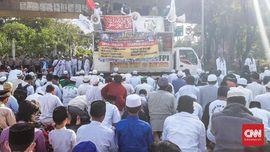 Massa Aksi 67 Asar Berjamaah di Jalan Medan Merdeka Timur
