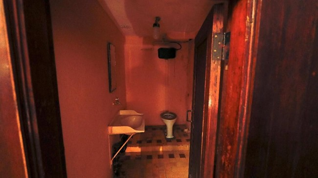 Kamar mandi di dalam bungker.