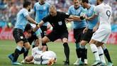 Penyerang Prancis Kylian Mbappe terkapar di lapangan karena ulah Cristian Rodriguez. Karena insiden itu, baik Mbappe dan Rodriguez sama-sama dapat kartu kuning dari wasit Nestor Pitana. (REUTERS/Damir Sagolj)