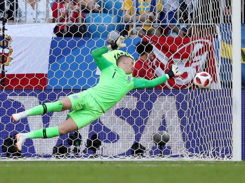 Kiper Inggris Jordan Pickford melakukan penyelamatan bola hasil tendangan pemain Swedia Marcus Berg. REUTERS/Lee Smith