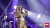 Penampilan sempurna Celine Dion semakin paripurna ketika ia mengombinasikannya dengan gimik dan candaan yang membuat konser tersebut terasa intim. (CNN Indonesia/Adhi Wicaksono)