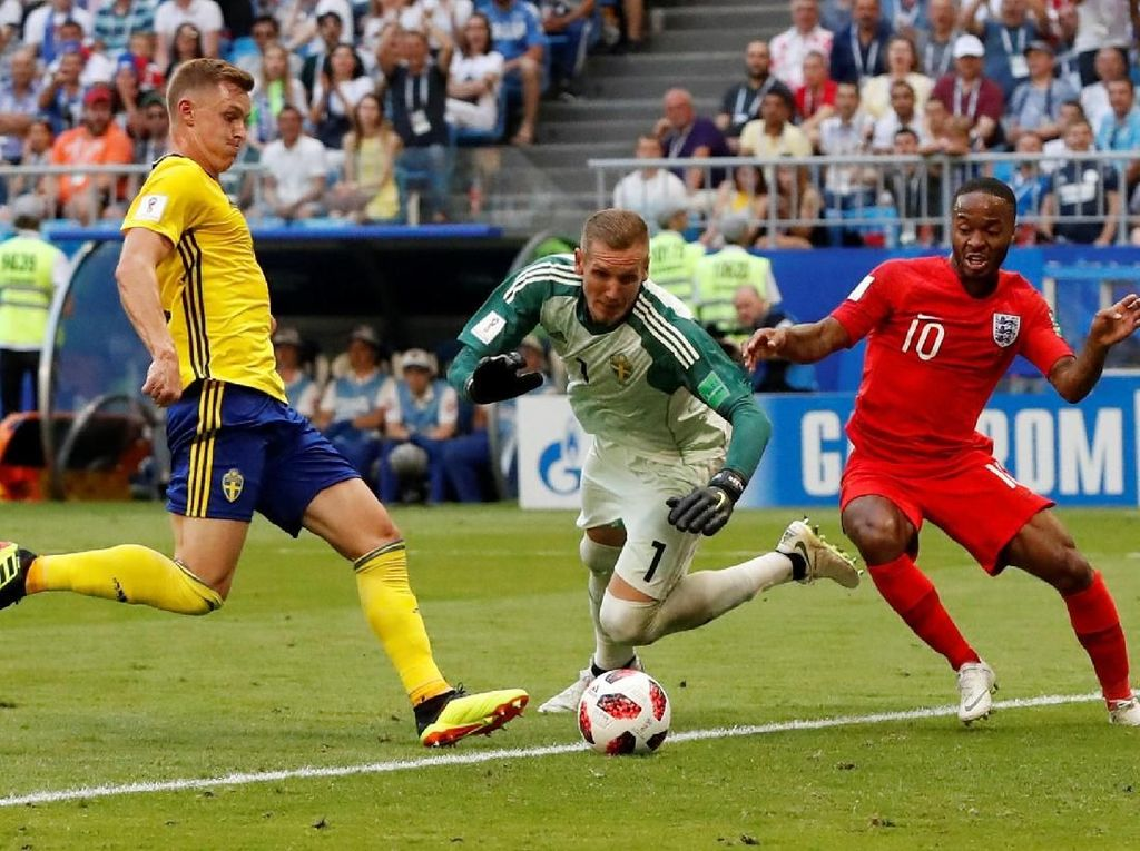 Pemain Inggris Raheem Sterling berebut bola pemain Swedia Robin Olsen REUTERS/Carlos Garcia Rawlins