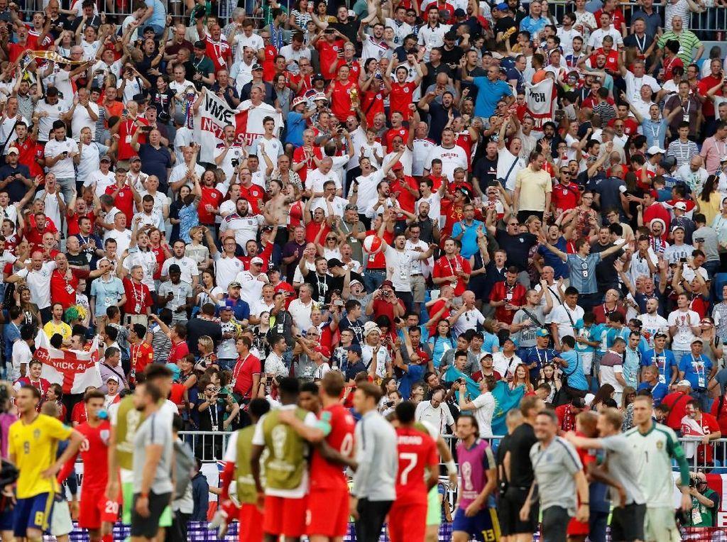 Pendukung Inggris bersuka cita. REUTERS/Carlos Garcia Rawlins