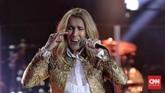 Tak seperti penyanyi wanita berumur lainnya yang berlomba-lomba tampak awet muda, Celine Dion justru tampil alami, termasuk santai dengan kerutan yang muncul sebagai tanda usianya. (CNN Indonesia/Adhi Wicaksono)