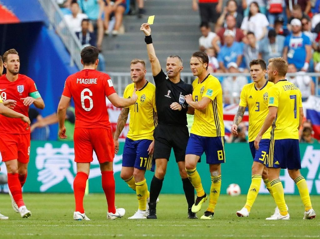Pemain Inggris Englands Harry Maguire diberikan kartu kuning oleh wasit. Bjorn Kuipers REUTERS/Michael Dalder