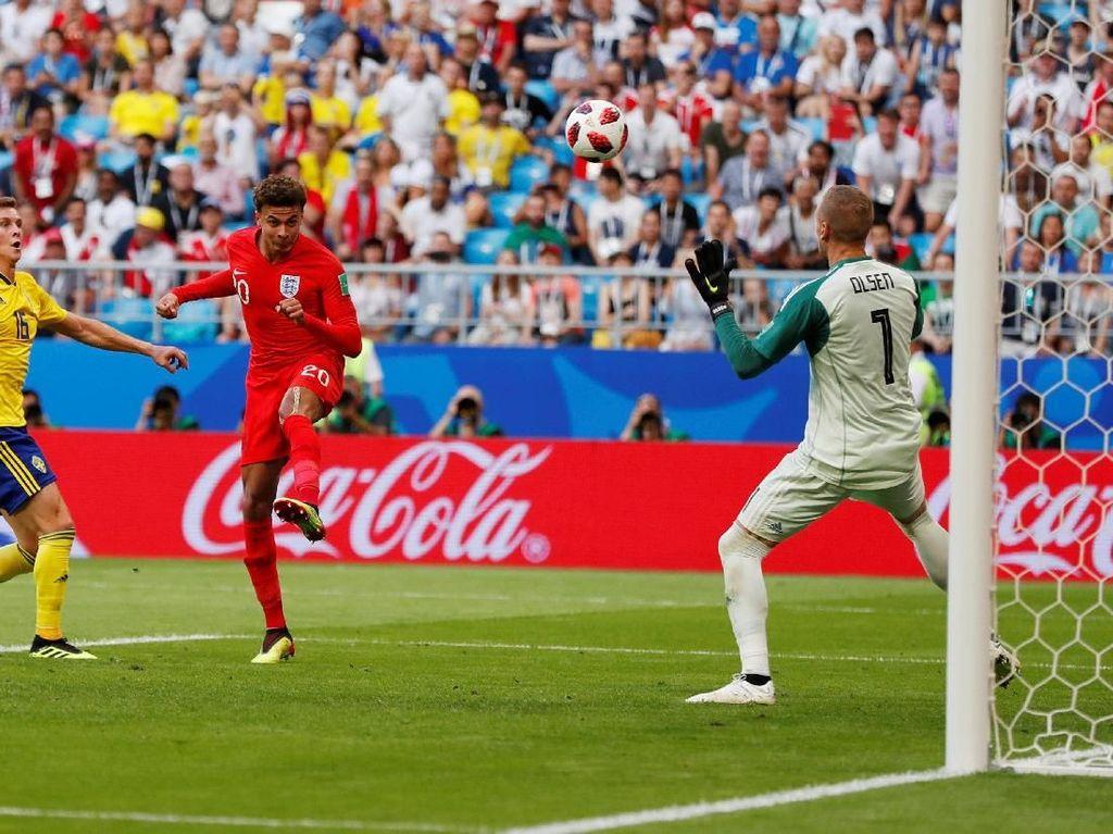 Pemain Inggris Dele Alli mencetak gol lewat sundalan. REUTERS/Lee Smith.