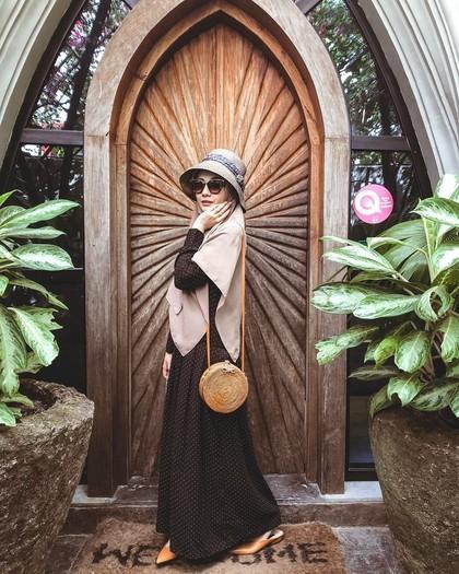 Gaya Hijab Syari untuk Traveling ala Zaskia Sungkar, Simpel tapi Cantik 1