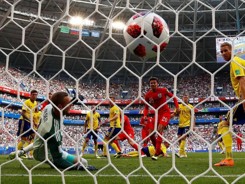 Gol pertama Inggris dicetak melalui tandukan Harry Maguire. REUTERS/Michael Dalder.
