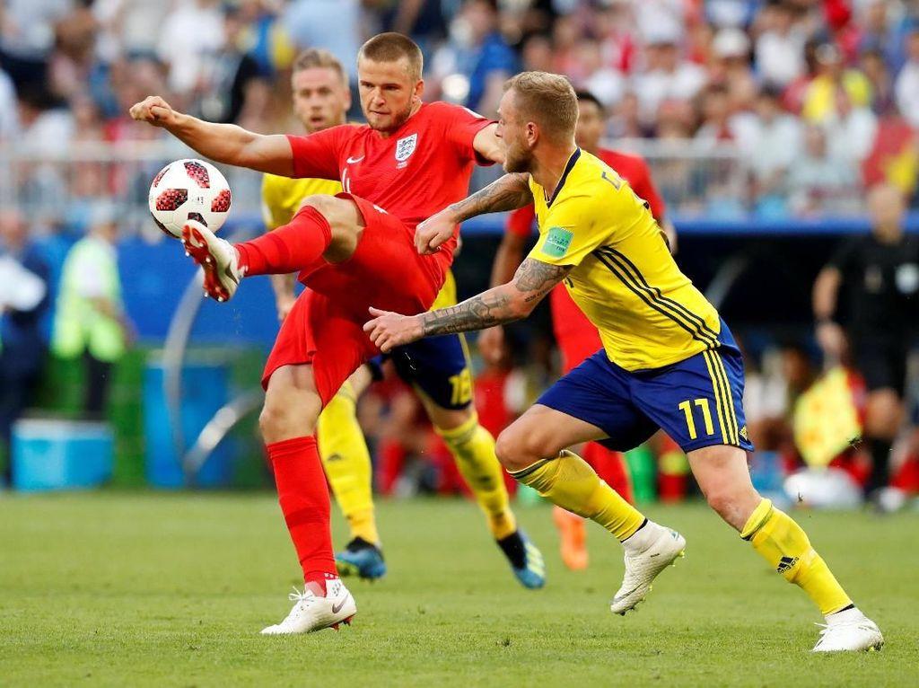 Pemain Inggris Eric Dier berebut bola dengan pemain Swedia John Guidetti. REUTERS/Carlos Garcia Rawlins