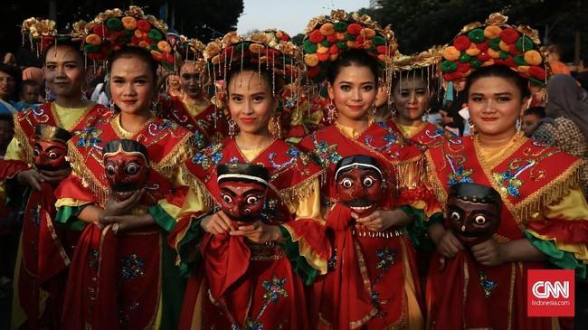 Kesenian tradisional Betawi, Tari Topeng, sebagai 'tuan rumah' ambil bagian dalam pawai. CNNIndonesia/Safir Makki