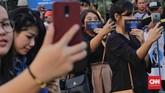 Meski baru dimulai pada pukul 20.00 WIB, penggemar sudah antre di depan SICC sejak Sabtu (7/7) siang. (CNN Indonesia/Adhi Wicaksono)
