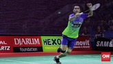 Tontowi Ahmad berusaha mengambil shuttlecock yang jatuh di dekat net. Tontowi bersama Liliyana Natsir bermain baik di babak final.(CNN Indonesia/Hesti Rika)