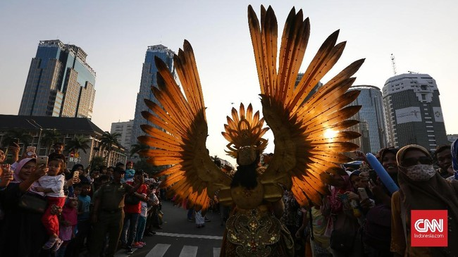 Jakarnaval 2018 dibuka dengan pawai yang dilepas langsung oleh Gubernur DKI Jakarta Anies Baswedan. (CNNIndonesia/Safir Makki)