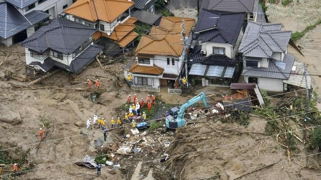 Setidaknya 48 orang tewas dalam banjir bandang yang terjadi di Jepang dengan puluhan lainnya masih hilang. (Kyodo/via REUTERS).