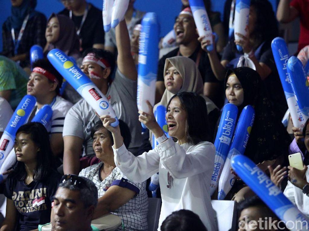 Sorak-sorai penonton menggema di Istora Senayan.