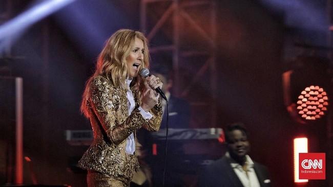 Namun kerutan dan usia tak berarti kemampuan Celine Dion memudar, justru vokalnya yang kuat dan pitch nada tinggi masih bisa dilahapnya seperti masih muda dahulu. (CNN Indonesia/Adhi Wicaksono)