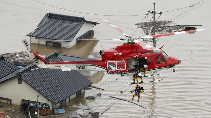 Hujan lebat dan banjir menewaskan lebih dari 100 orang di Jepang barat.