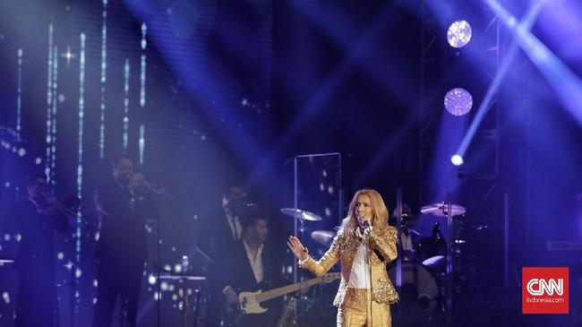 Celine Dion tak perlu basa-basi saat memulai konsernya. Ia langsung menyanyikan lagu 'The Power of Love' sebagai pembuka di Jakarta. (CNN Indonesia/Adhi Wicaksono)