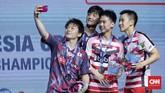 Kevin Sanjaya/Marcus Fernaldi Gideon menyempatkan diri berfoto bersama dengan Takuto Inoue/Yuki Kaneko di podium usai laga berakhir.(CNN Indonesia/Hesti Rika)