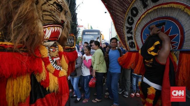 Kesenian tradisional dari luar Jakarta juga hadir di Jakarnaval 2018, reog asal Ponorogo adalah salah satu contohnya.(CNNIndonesia/Safir Makki)