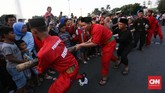 Pawai budayaJakarnaval 2018 juga dimeriahkan aneka permainan tradisional. (CNNIndonesia/Safir Makki)