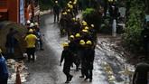 Upaya mengevakuasi para korban bergantung pada curah hujan dan banyaknya air di dalam gua. (REUTERS/Athit Perawongmetha)