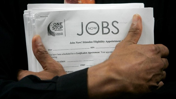 FILE PHOTO: A man carrying a stack of job listings listens to a discussion at the One Stop employment center in San Francisco, California, August 12, 2009.  REUTERS/Robert Galbraith/File Photo                          GLOBAL BUSINESS WEEK AHEAD