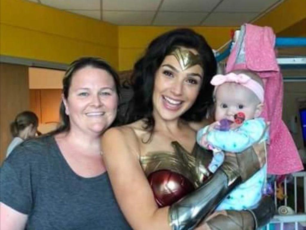 So Sweet! Gal Gadot Kunjungi Rumah Sakit Anak dengan Kostum Wonder Woman