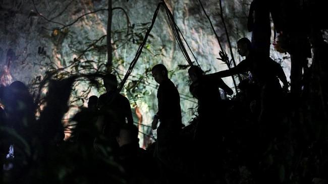 Selain tim penyelamat dari Thailand, sejumlah negara turut mengulurkan bantuan dalam operasi penyelamatan remaja dan pelatihnya yang terjebak di gua Tham Luang. (REUTERS/Athit Perawongmetha)