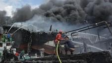 Puluhan Kapal Terbakar di Dermaga Pelabuhan Benoa Bali