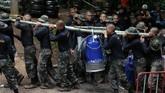 Selain upaya penyelaman untuk penyelamatan, tim juga berusaha mengurangi debit air di dalam gua dengan mesin pompa. (REUTERS/Athit Perawongmetha)